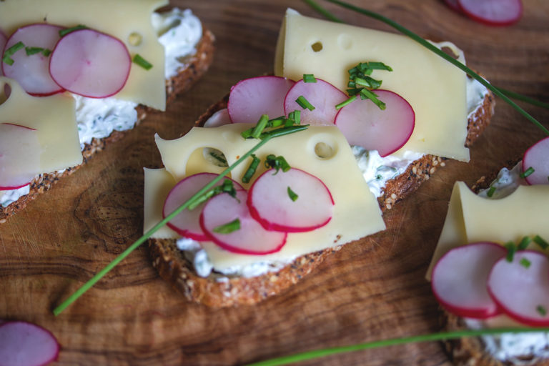Rezept: Graubrot mit Käse, Leerdamer und Kräuterquark
