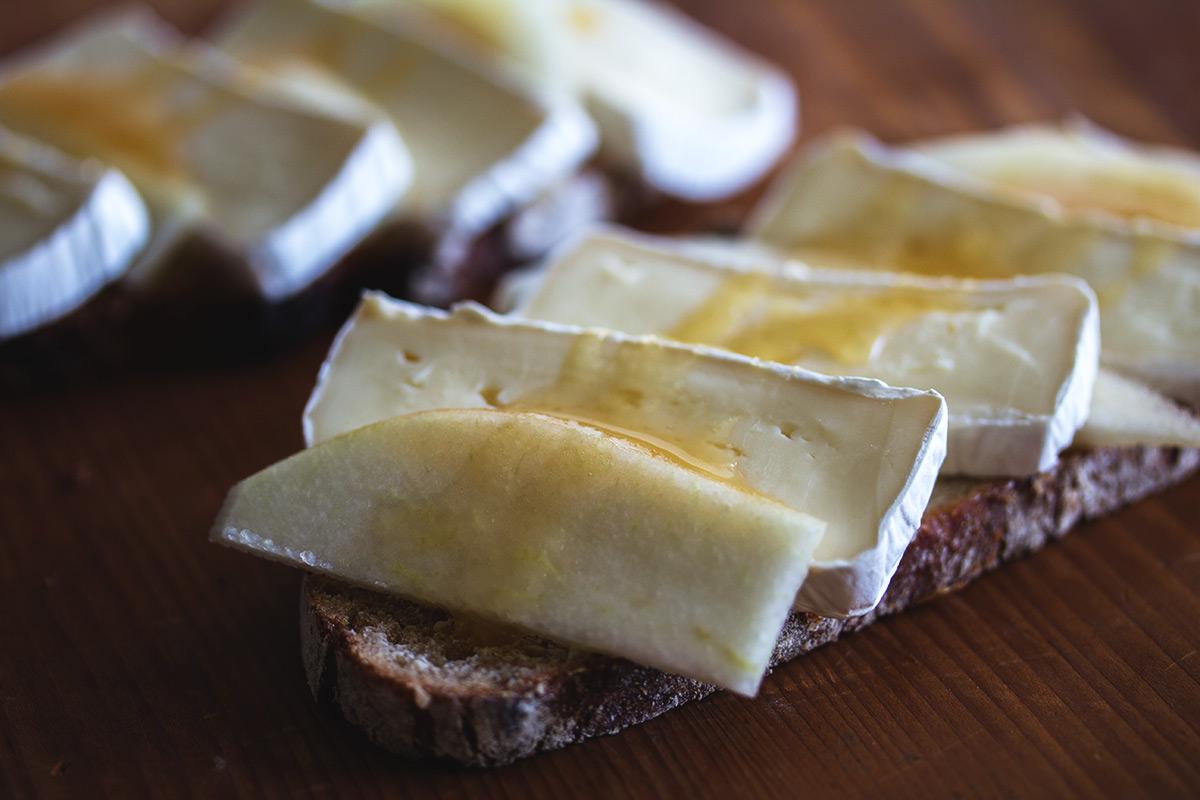 Rezept: Graubrot mit Camanbert, Birne und Honig