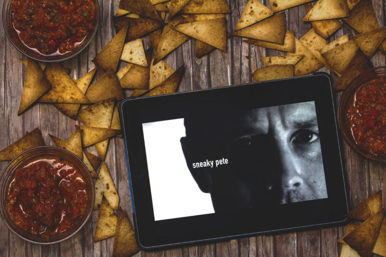 Couchpotato: Tortilla Chips mit Salsa Dip und die Serie Sneaky Pete