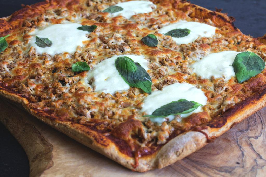 Rezept: Vollkorn-Pizza mit Tomatensoße, Thunfisch und Mozzarella