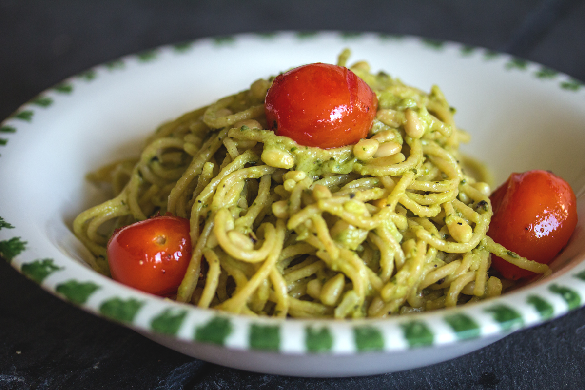 Rezept: Avocado in cremig mit vollem Korn - Vollkorn-Spaghetti mit Avocado Creme, Pinienkernen und Tomaten