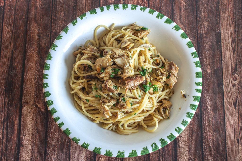 Spaghetti mit Makrelen an Öl, Knoblauch und getrockneten Oregano