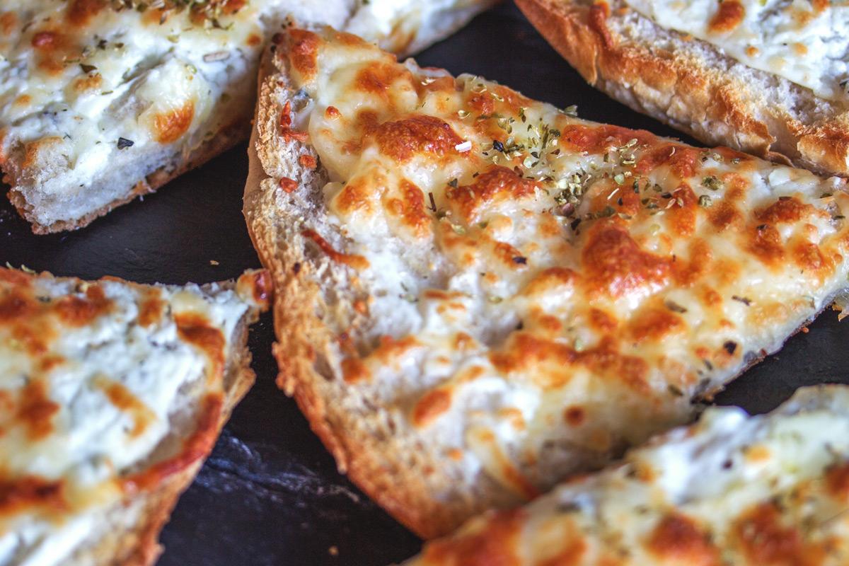 Rezept für eine leckere Fladenbrot Pizza mit Mozzarella, Sour Cream und getrockneten Oregano.