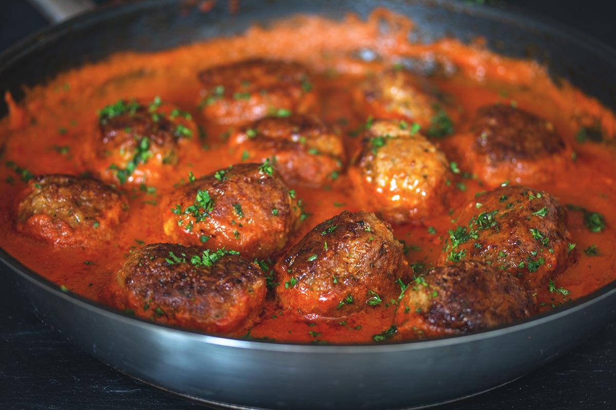 Rezept: Gehacktes Bällchen mit Parmesan-Kruste in Tomatensoße auf Spaghetti