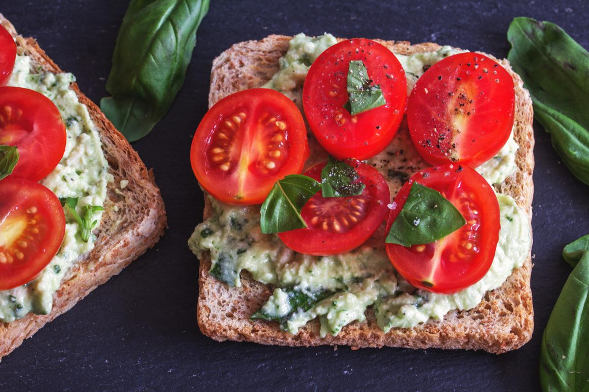 Vollkorntoast mit Mozzarella-Basilikum-Creme und Tomaten