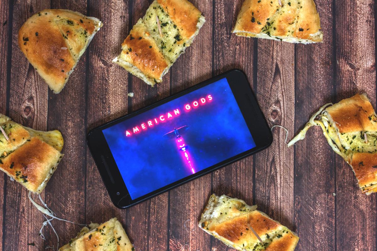 Binge-Watching Snack: Ein Abend mit der Serie American Gods und Kräuter-Knoblauch-Käse-Baquette