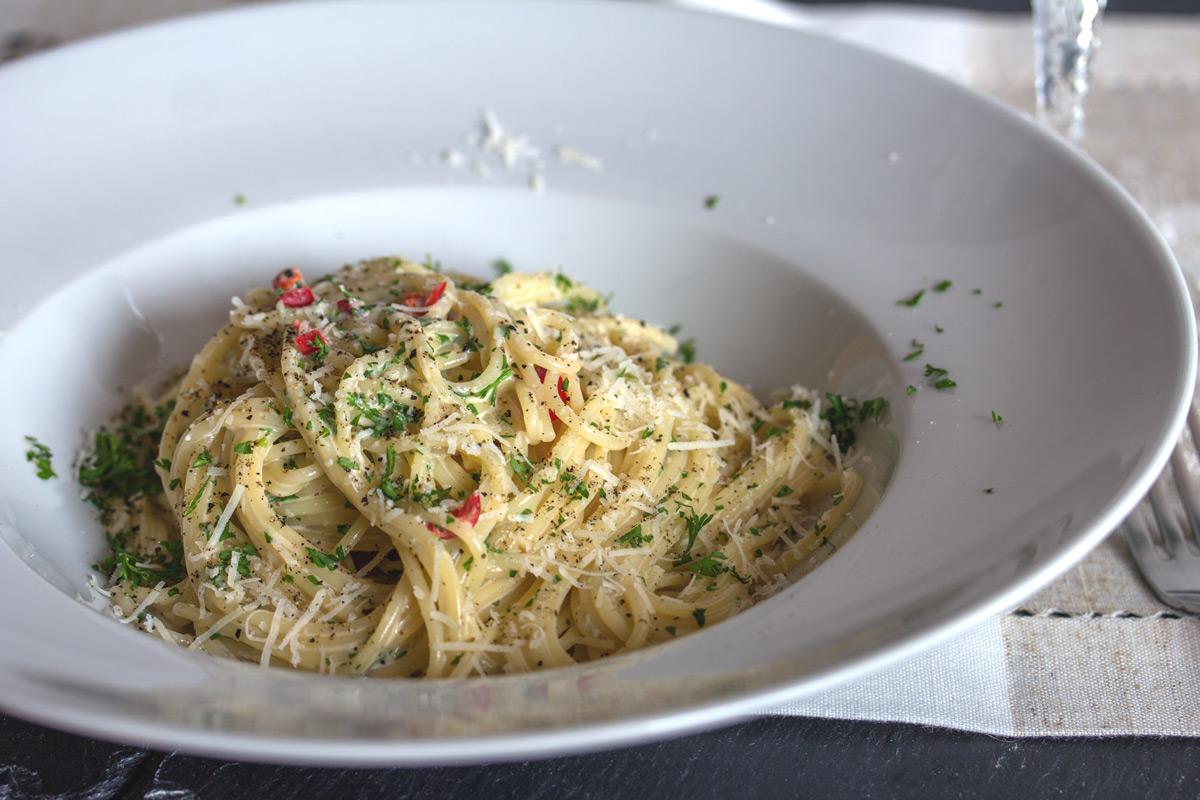 Rezept: Spaghetti Aglio - Pasta mit Knoblauch, Sahne, Petersilie und Chili