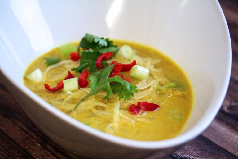 Gelbe Kokossuppe mit Reisnudeln, Chili und Frühlingszwiebeln