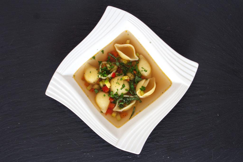 Rezept: Minestrone mit Gemüse-Einlage von Paprika, Zucchini, Karotte, Muschelnudeln und frischen Kräuter