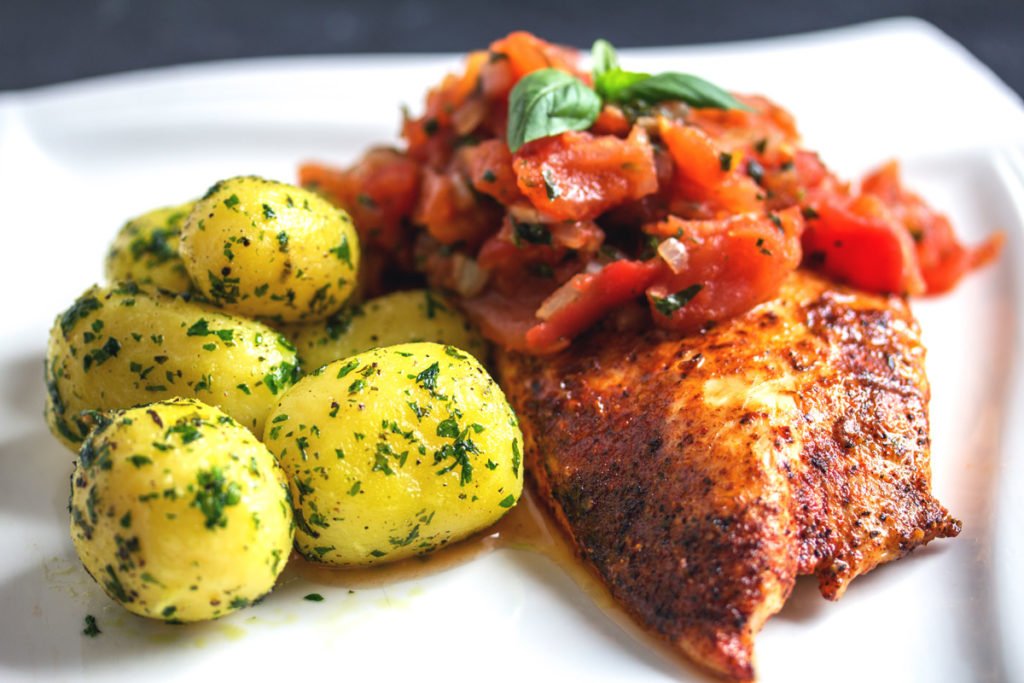 Rezept: Parmesan Hähnchenbrustfilet mit Petersilienkartoffeln und Tomaten-Basilikum Gemüse