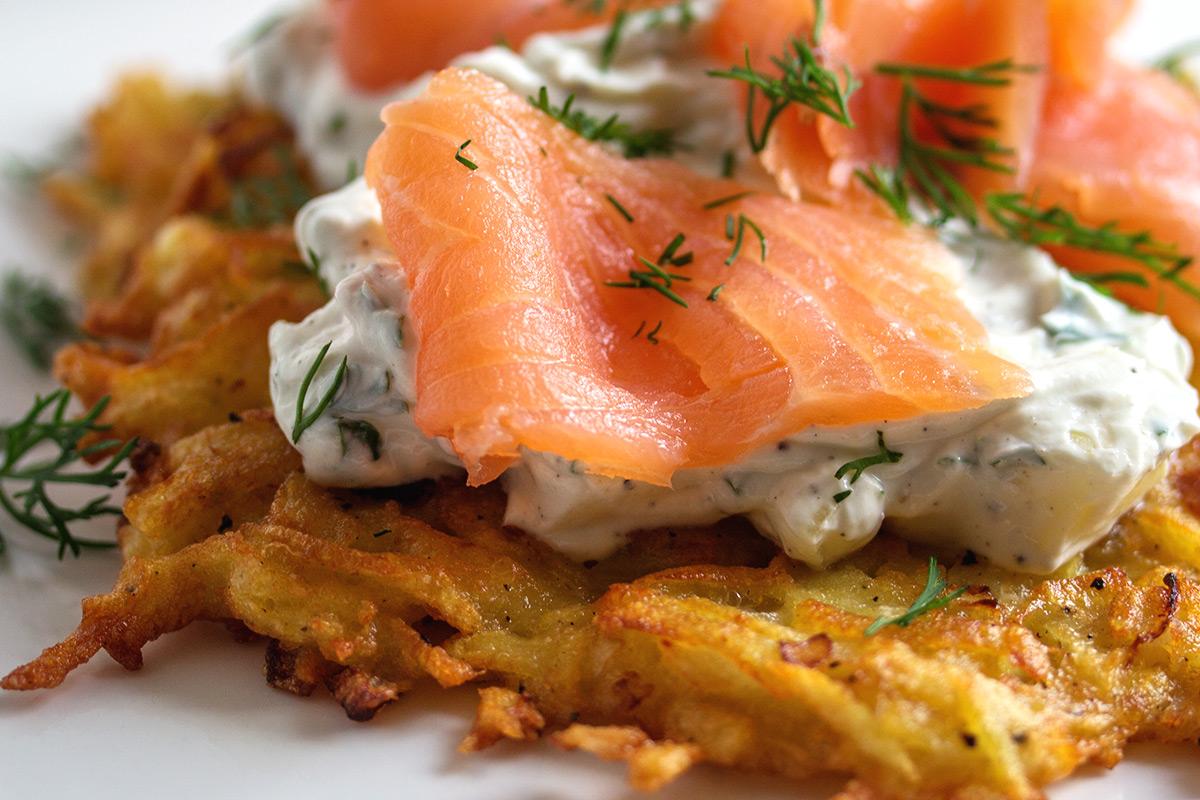 Rezept: Reibekuchen mit Apfel-Karotten-Creme und Räucherlachs