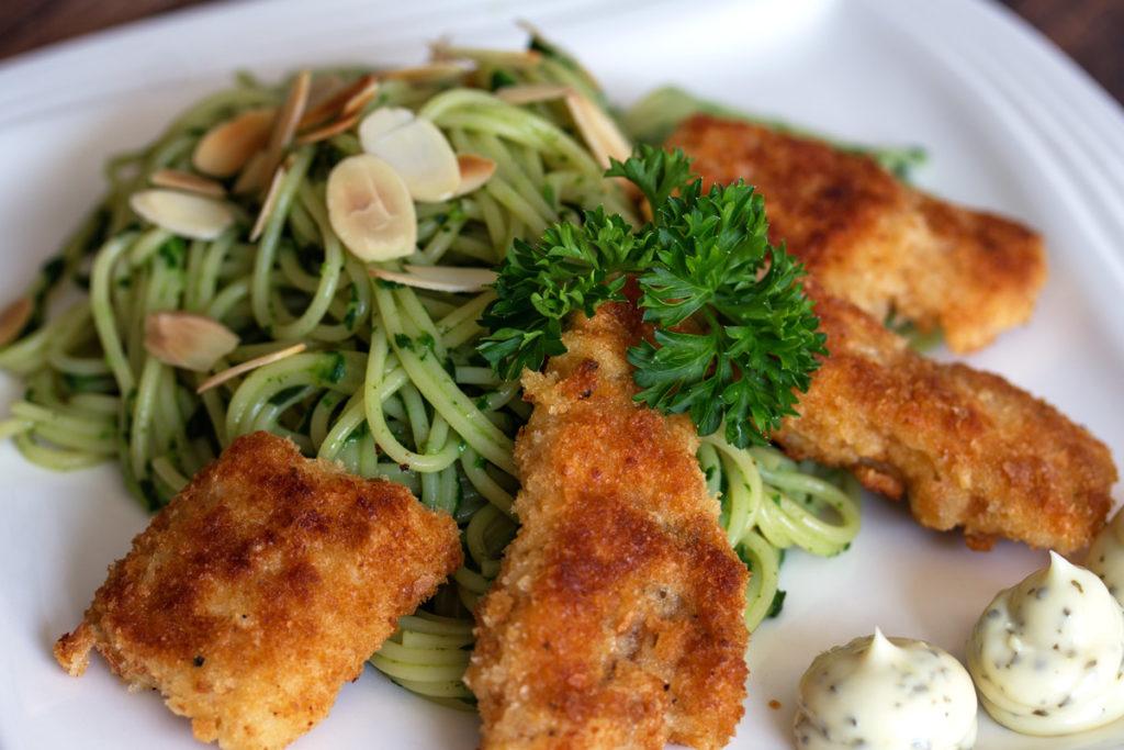 Rezept: Spaghetti mit Rahmspinat, Mandeln, frisch panierten Alaska Seelachsfilet und Remulade