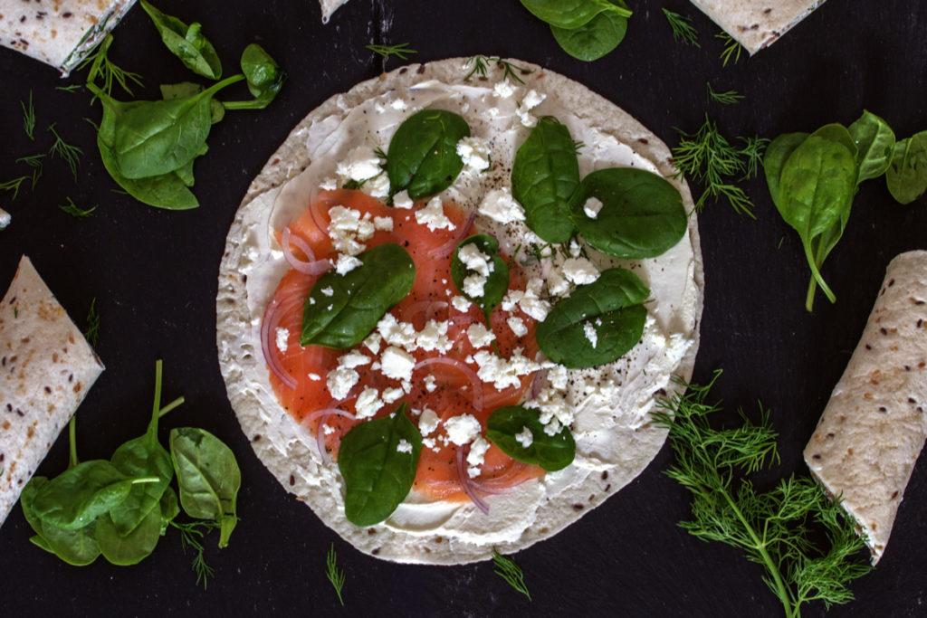 Wraps mit Räucherlachs, Frischkäse, Dill, roten Zwiebeln, Schafskäse und Spinat