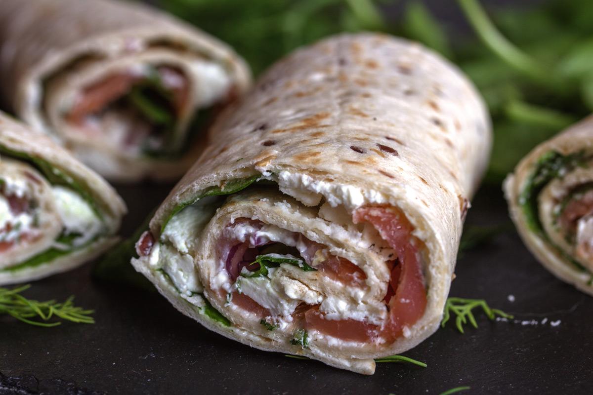 Wraps mit Räucherlachs, Frischkaese, Dill, roten Zwiebeln, Fetakäse und Spinat