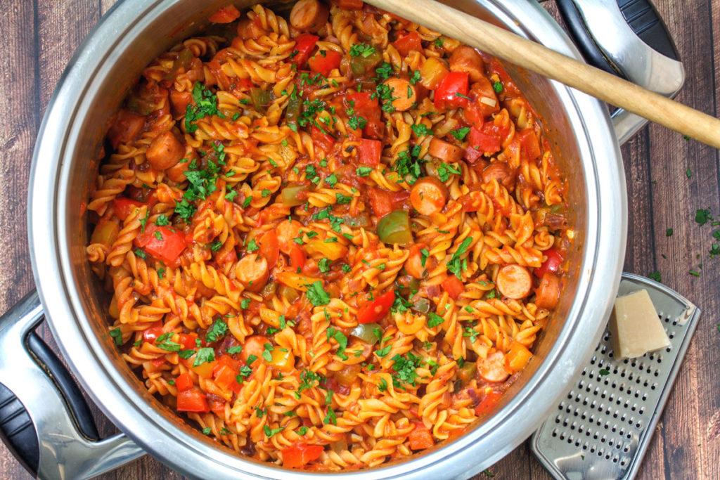 Rezept: One Pot Pasta mit Bockwurst, Paprika in Tomatensoße