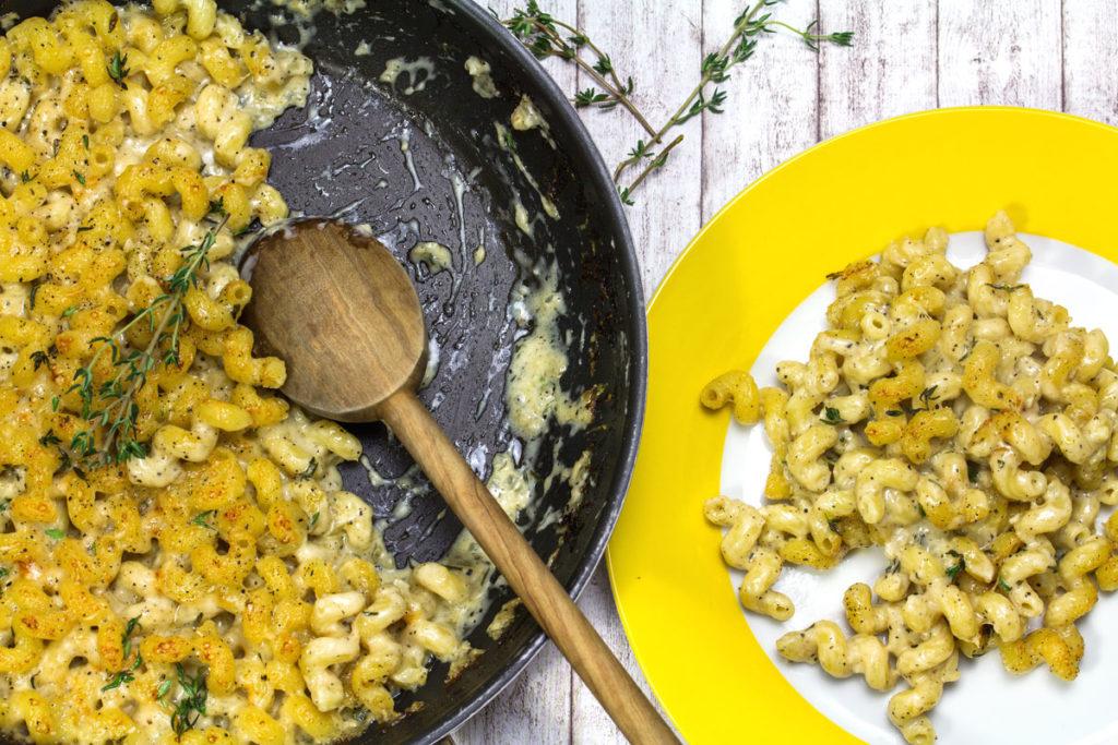 Rezept: Pasta gratiniert in cremiger Käses-Sahne-Soße mit Thymian