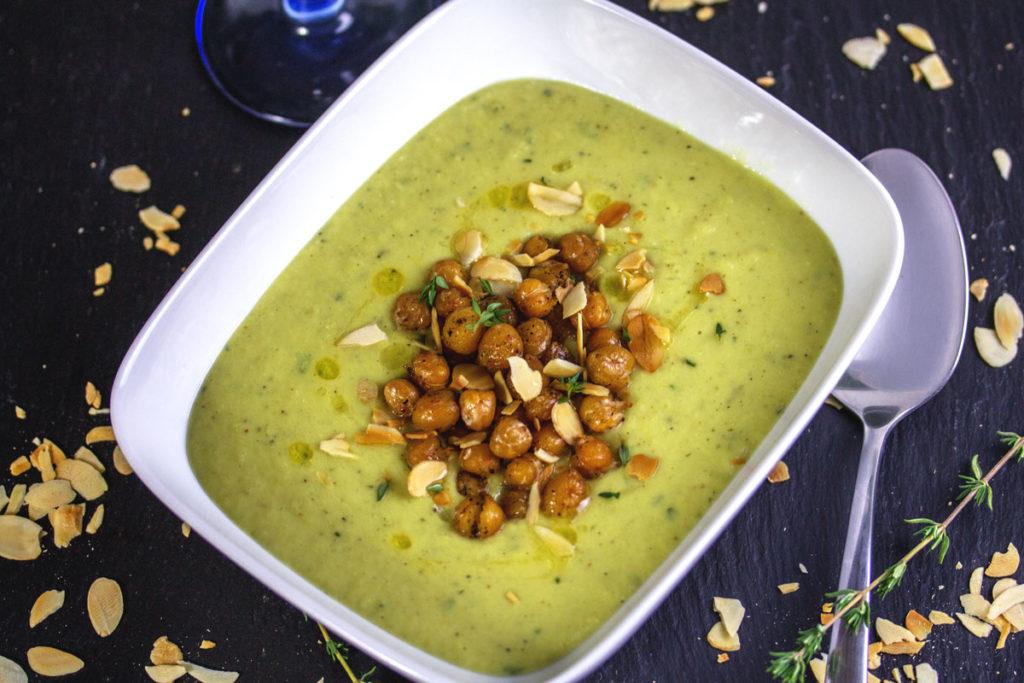 Rezept: Blumenkohlsuppe mit Thymian und gerösteten Kichererbsen