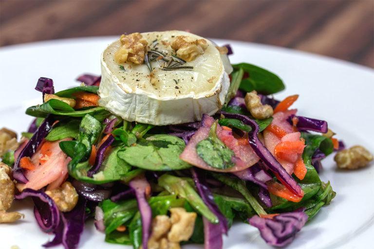 Rezept: Wintersalat mit Ziegenkäse und gerösteten Walnüssen