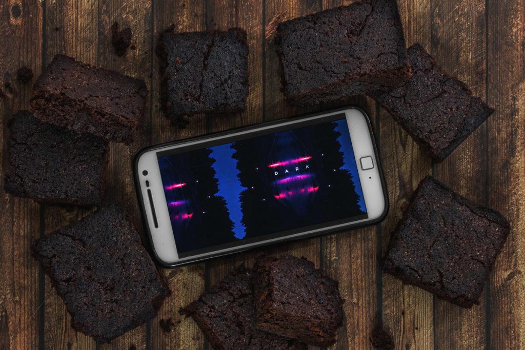 """Rezept: Fudgy Dark Chocolate Brownies - Binge-Watching Snack für """"DARK"""""""