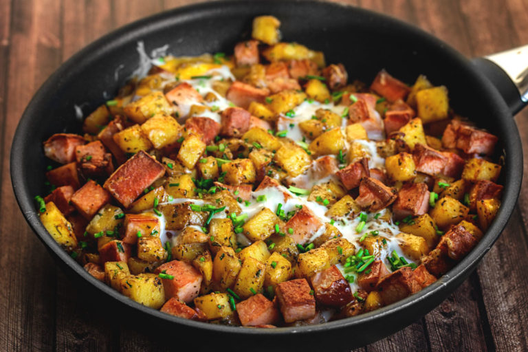 Rezept: Kartoffelpfanne mit Leberkäse, Eiern, Emmentaler und Schnittlauch