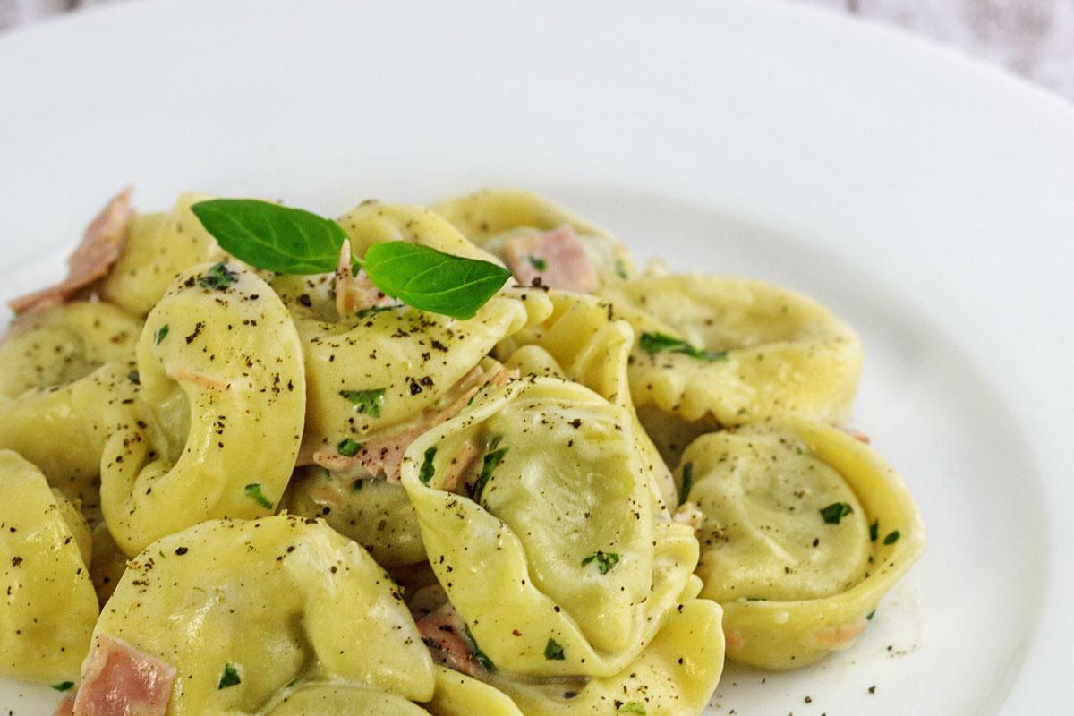 Rezept: Spinat-Ricotta Tortellini an Schinken-Mozzarella Sahne Soße