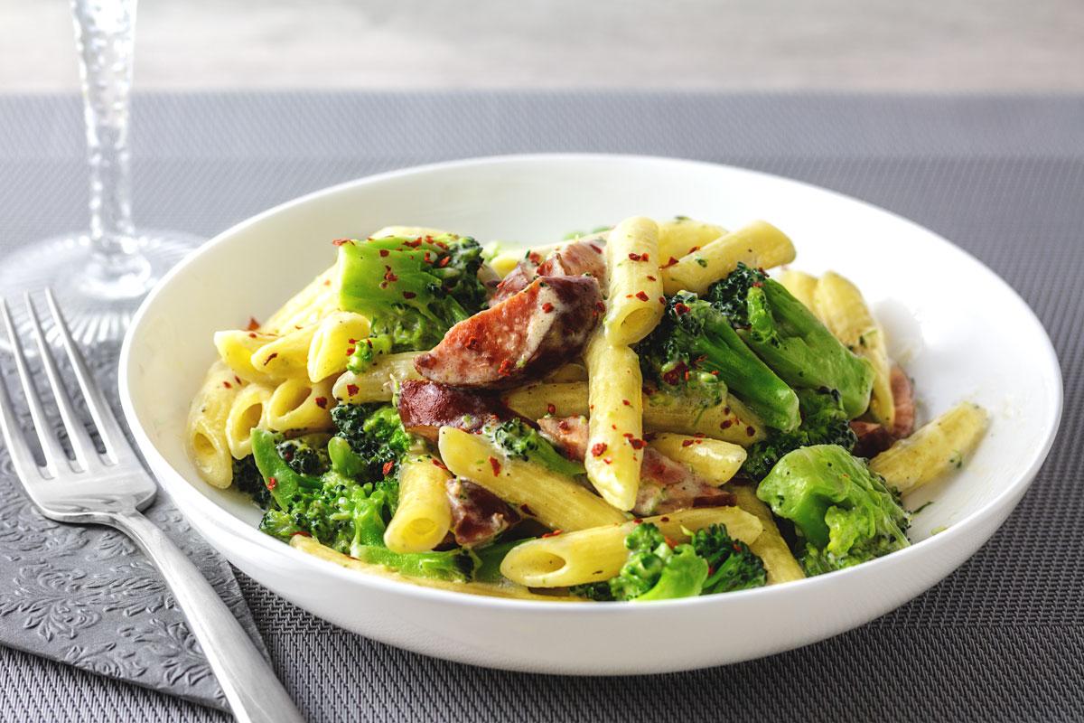 Rezept: Penne mit Brokkoli & Cabanossi in Frischkäse-Sahne Soße