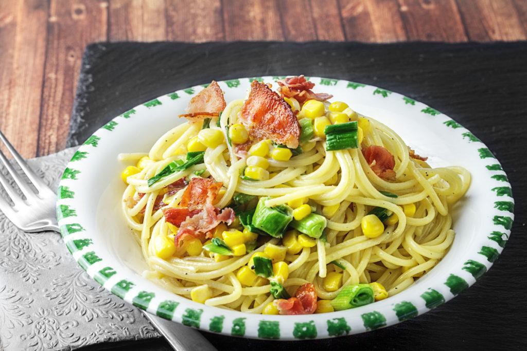 Spaghetti mit Bacon, Mais, Frühlingszwiebeln und Sahne
