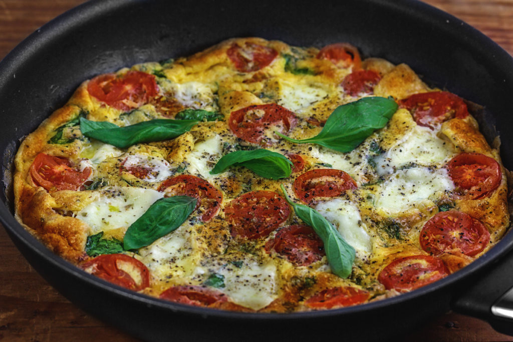 Frittata mit Tomate, Mozzarella und Basilikum