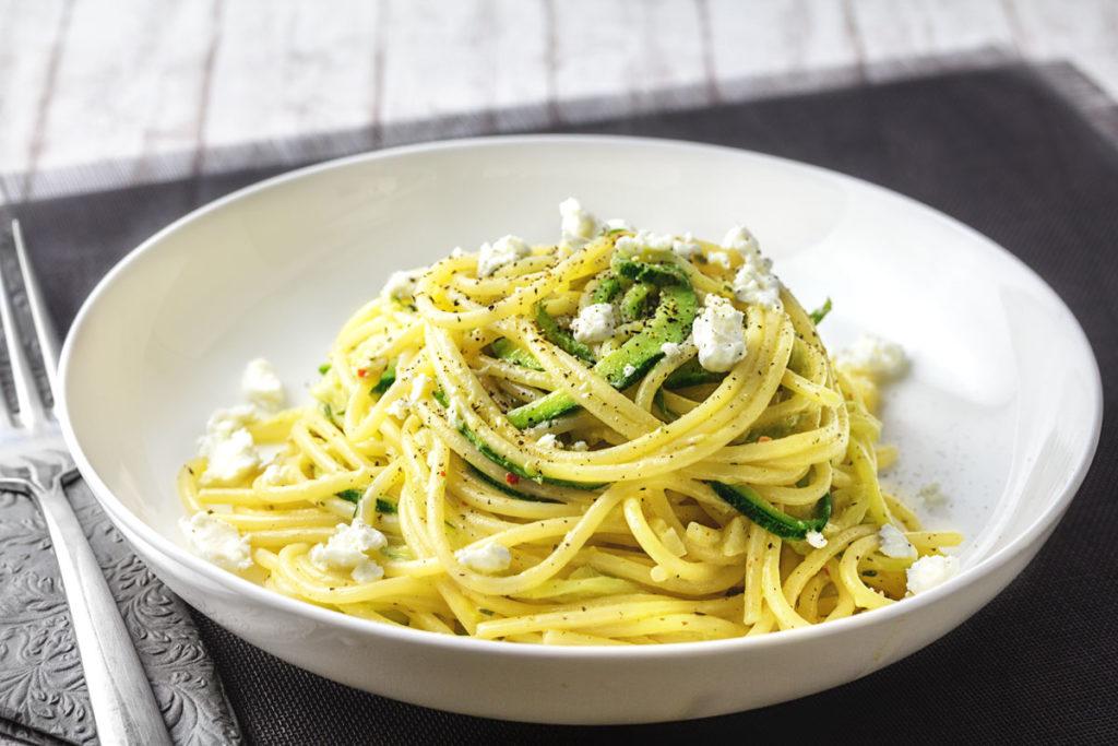 Spaghetti mit Zoodles an Crème fraîche mit Zitrone & Schafskäse