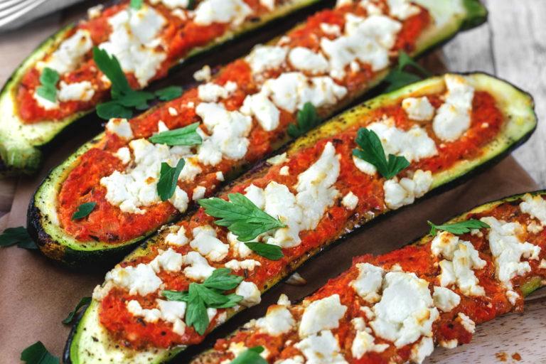 Zucchini Boote gefüllt mit Paprikacreme und Feta
