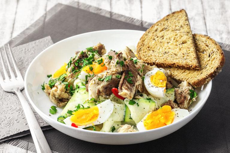 Zucchinisalat mit Makrele, Ei und Chili
