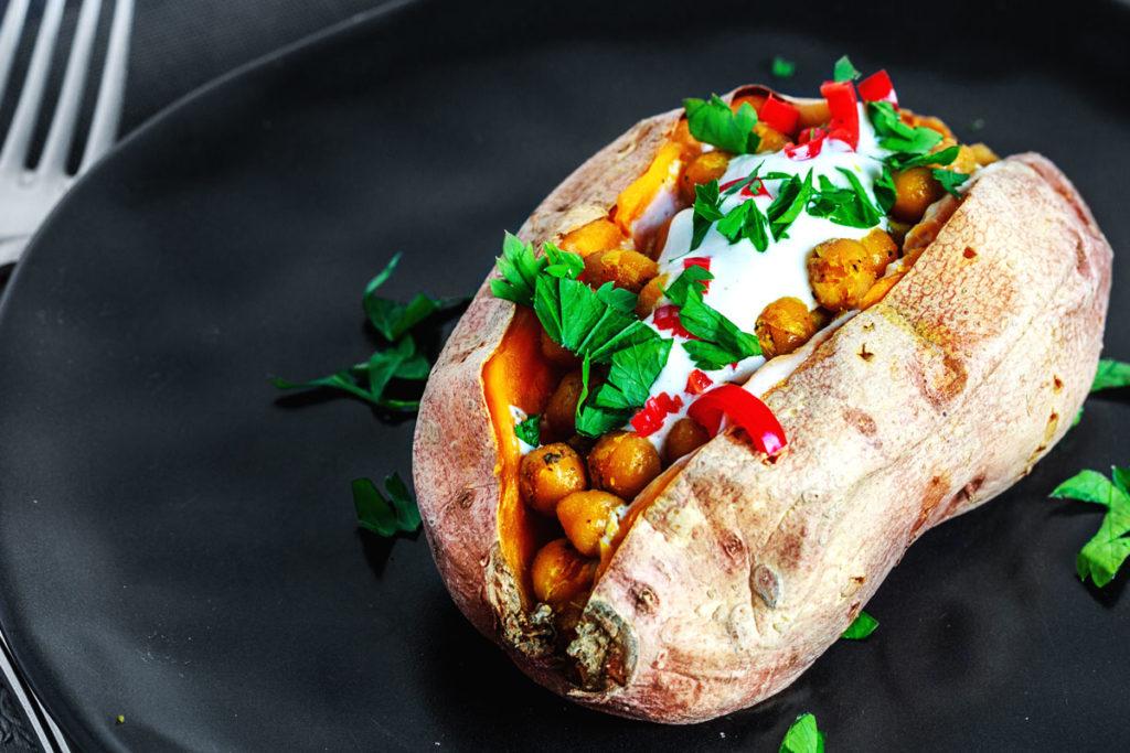 Gebackene Süßkartoffel mit Kichererbsen und Tahini Ziegenjoghurt