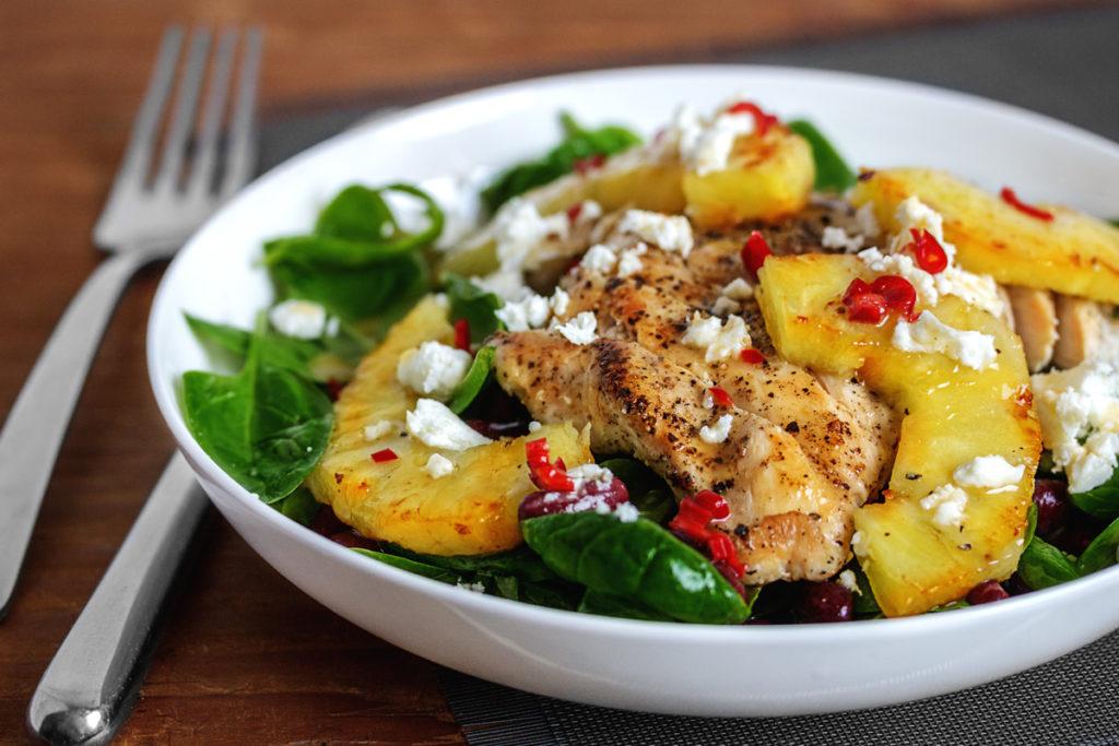 Gebratener Hühnchen-Ananas-Salat mit Zitronen-Honig-Chili Dressing
