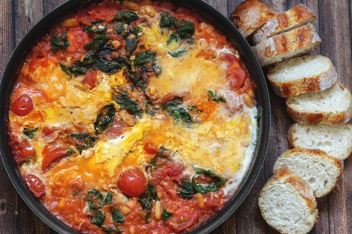 Shakshuka mit Cannellini Bohnen, frischen Tomaten, Parmesan und Spinat