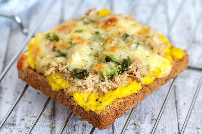 Toast mit Maiscreme, Thunfisch und Frühlingszwiebeln überbacken mit Mozzarella