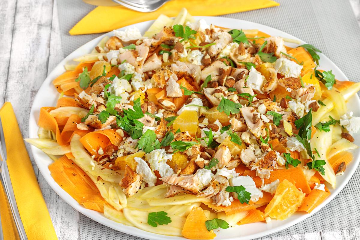 Sommersalat mit Karotte, Fenchel, Lachs, Feta und Mandeln an Orangen-Honig-Dressing
