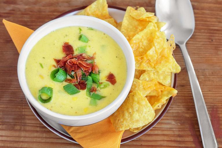 Maissuppe mit Bacon, Frühlingszwiebeln und Cheddar Tortilla-Chips