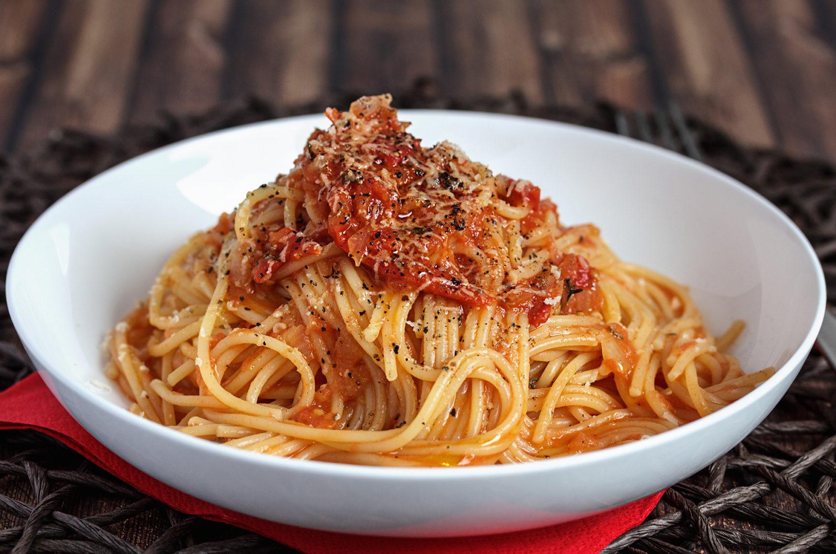 Spaghetti mit Ofen-Tomatensoße und Parmesan
