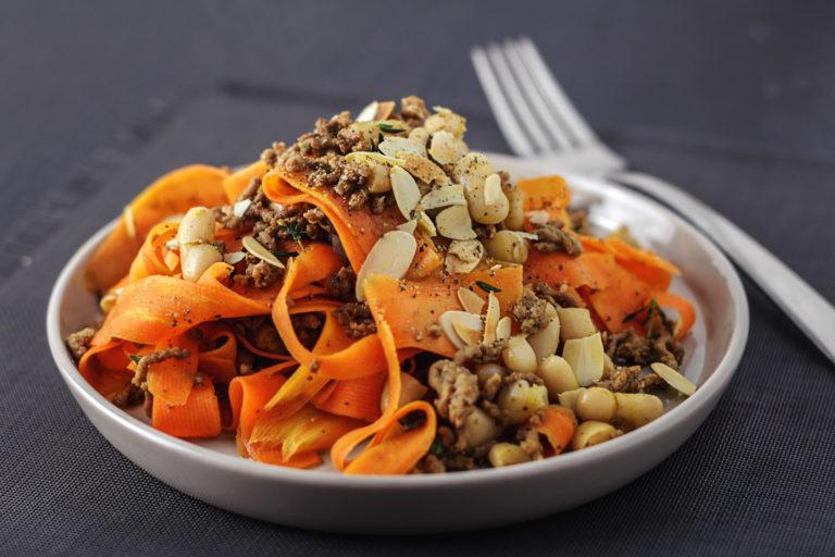 Karotten Tagliatelle mit Rinderhackfleisch und Cannellini Bohnen