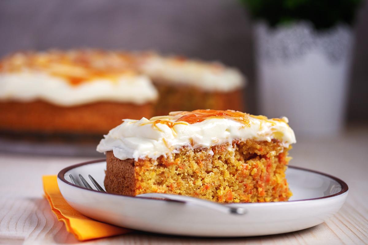 Karottenkuchen mit Zentis Aprikosen Konfitüre und Frischkäse Frosting