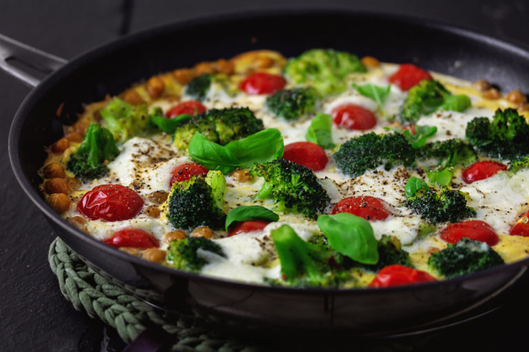 Frittata mit Brokkoli, Kichererbsen, Tomaten und Mozzarella