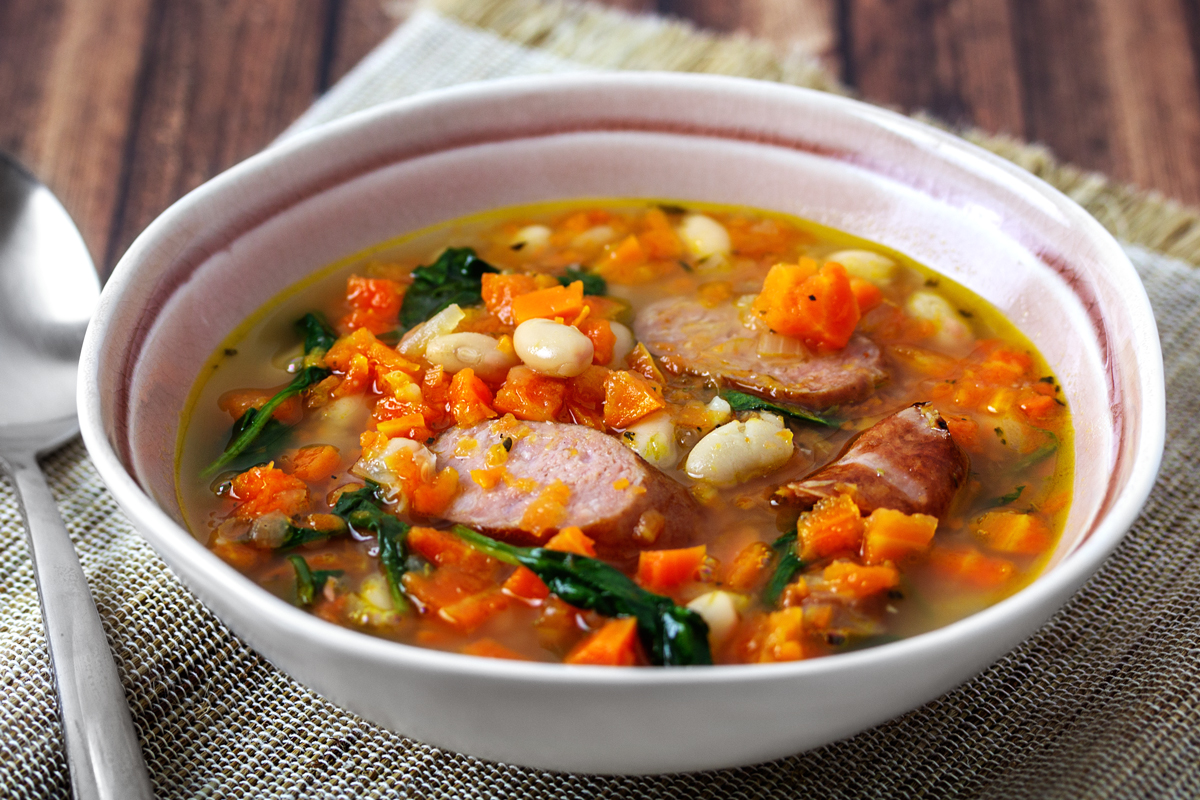 Karottensuppe mit weißen Bohnen, Babyspinat und Mettenden