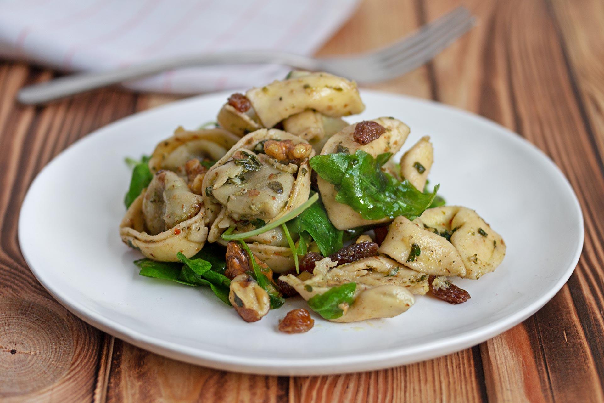 Herbstlicher Tortellini Salat mit Walnüssen, Rosinen, Rucola und Krauter Dressing