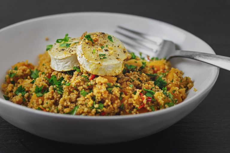 Couscous mit Butternuss-Kürbis, Walnüssen, Petersilie gratinierten Ziegenkäse