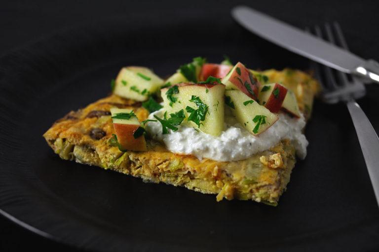 Lauch Champignon Frittata mit Apfel-Petersilie Salat und Zitronen-Hüttenkäse