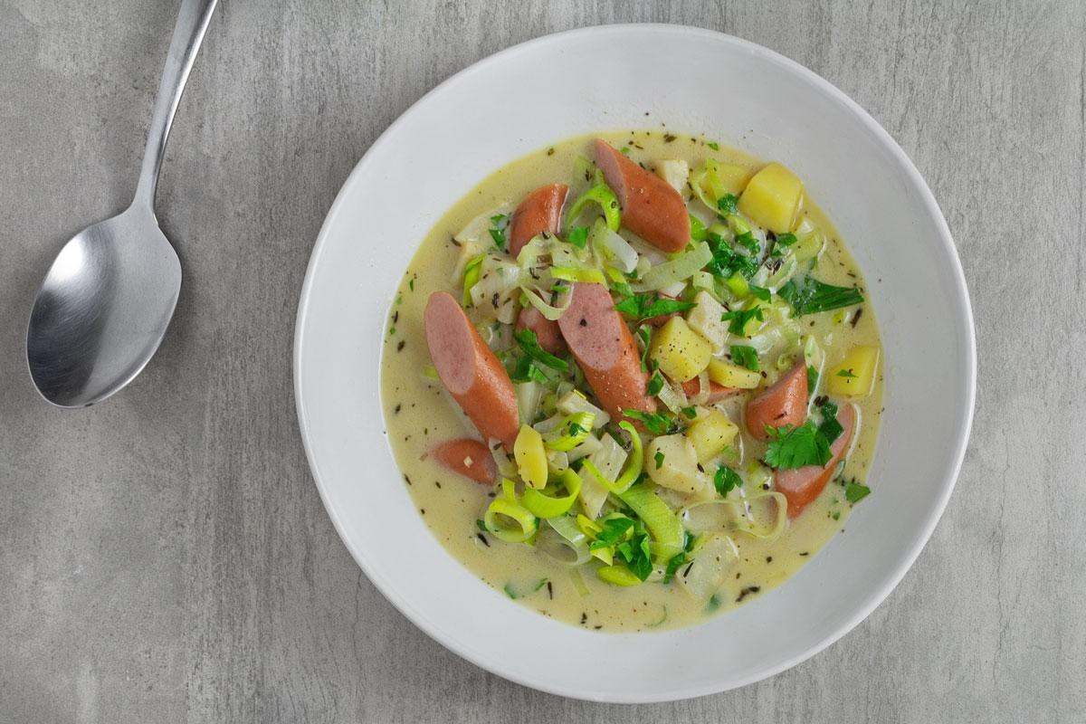 Kartoffel-Sellerie-Suppe mit Lauch und Brühwurst