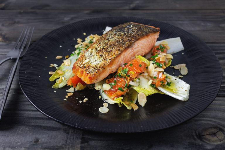 Gebratenes Lachsfilet auf Chicorée-Salat
